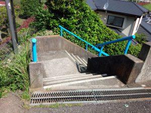 スポーツセンター脇の階段を下る