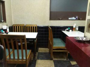 南八幡の名前のないラーメン屋さんの店内の椅子席
