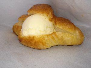 クロワッサンのアイス入りパン