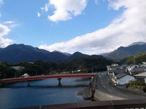 安房川から山を望む